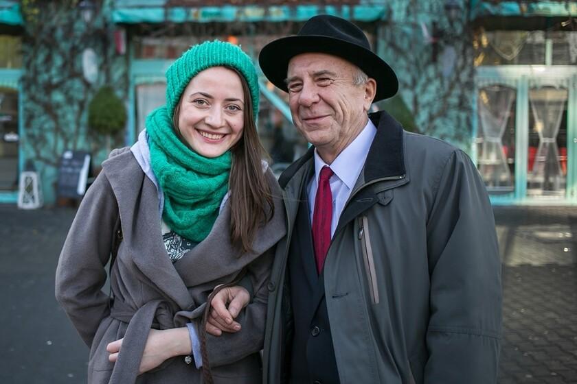 Młoda kobieta pod rękę ze starszym mężczyzną
