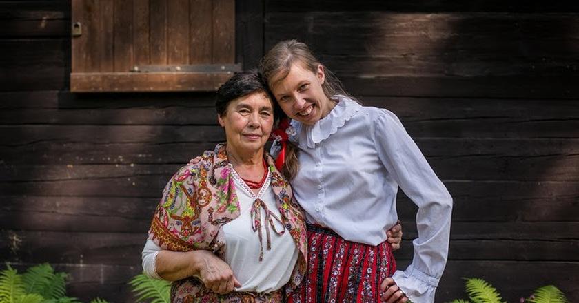 Dwie kobiety w folkowych strojach