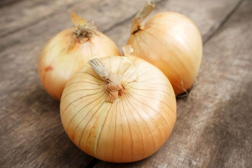 Parzenie cebuli sprawia, że staje się ona łagodniejsza w smaku