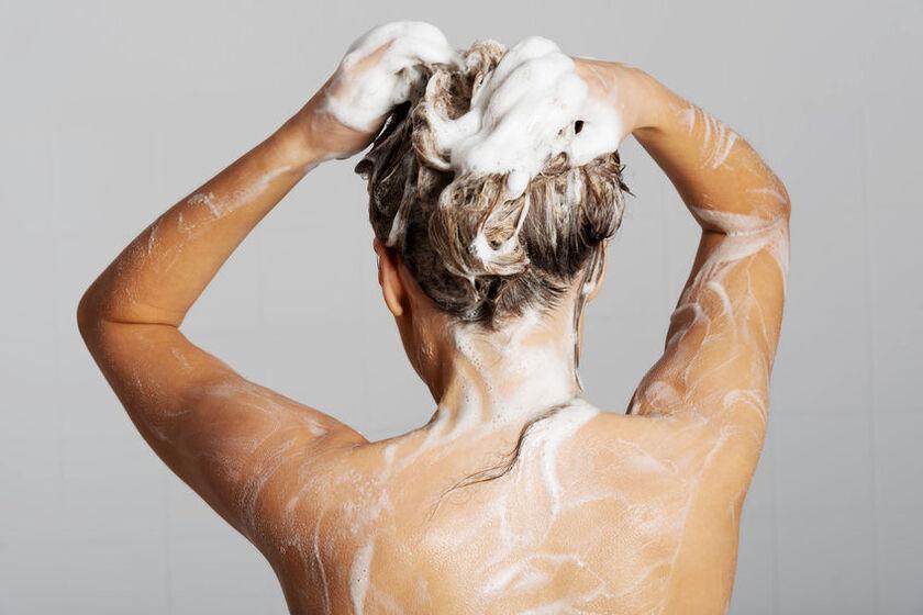 Kobieta wykonuje peeling trychologiczny