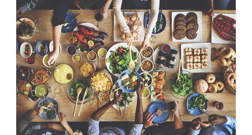 Stół zastawiony potrawami kuchni śródziemnomorskiej