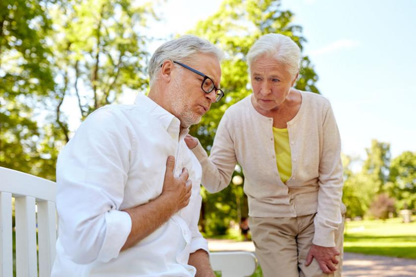 Starszy mężczyzna trzyma się za sercę