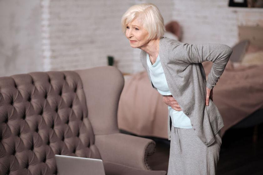 Starsza kobieta odczuwa ból w lewym boku
