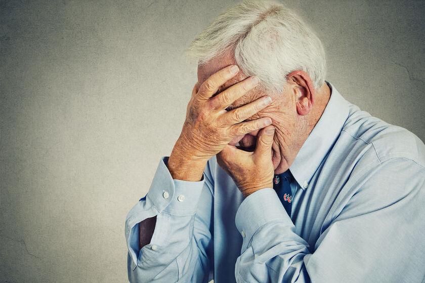 Starszy mężczyzna odczuwa nerwoból twarzy
