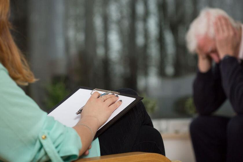 Senior w czasie wizyty u psychologa