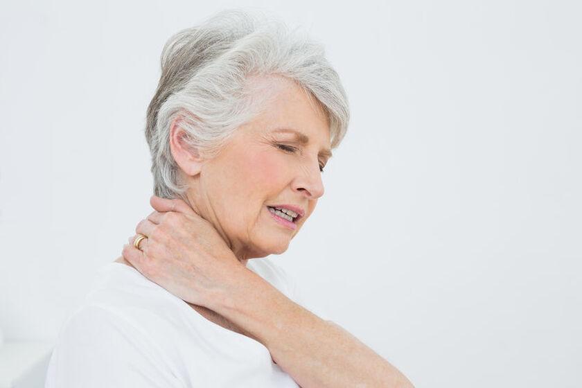 Starsza kobieta odczuwa ból karku