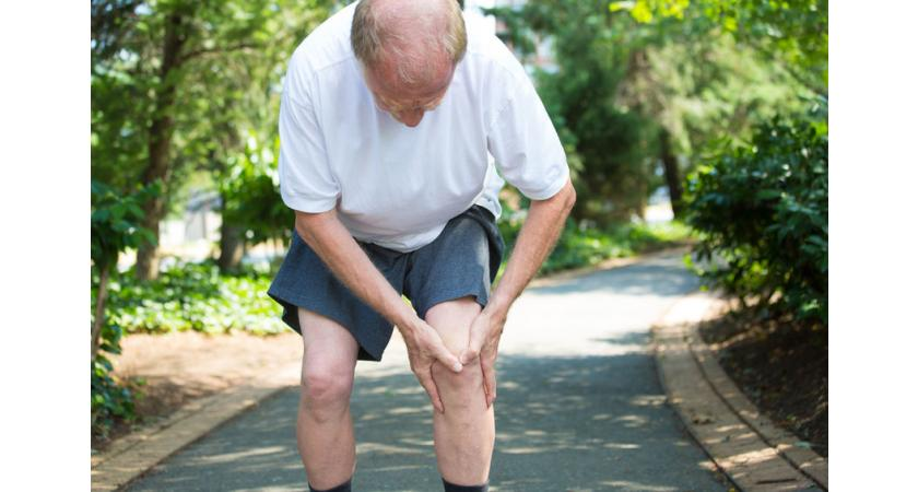 Senior odczuwa ból w kościach nogi