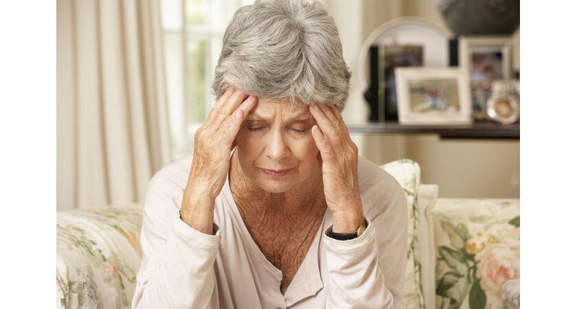 Starszą kobietę boli głowa