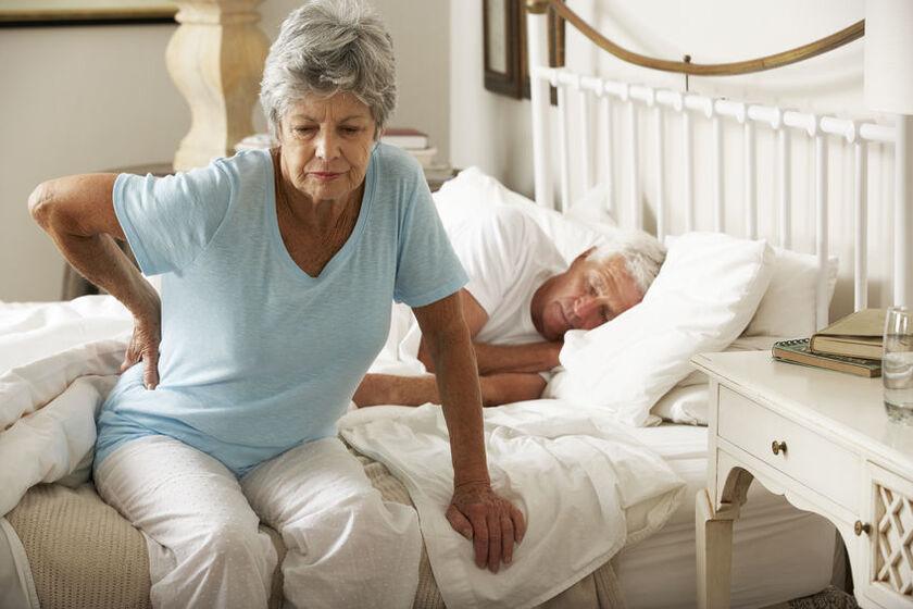 Starsza kobieta odczuwa poranny ból kręgosłupa lędźwiowego
