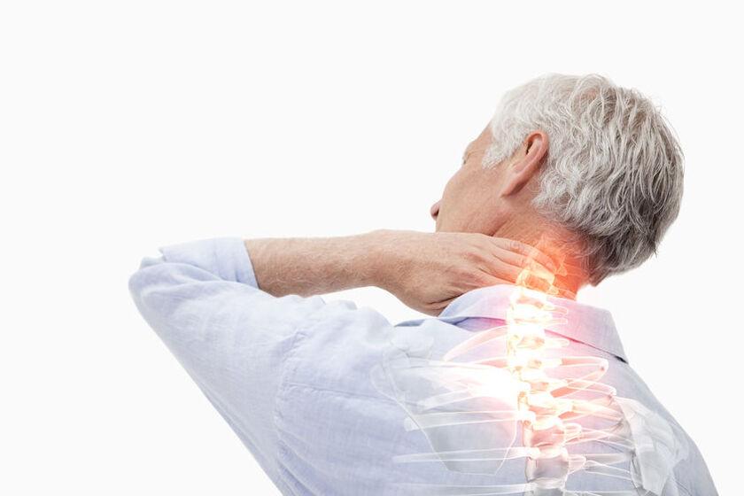 Senior odczuwa ból kręgosłupa w odcinku szyjnym