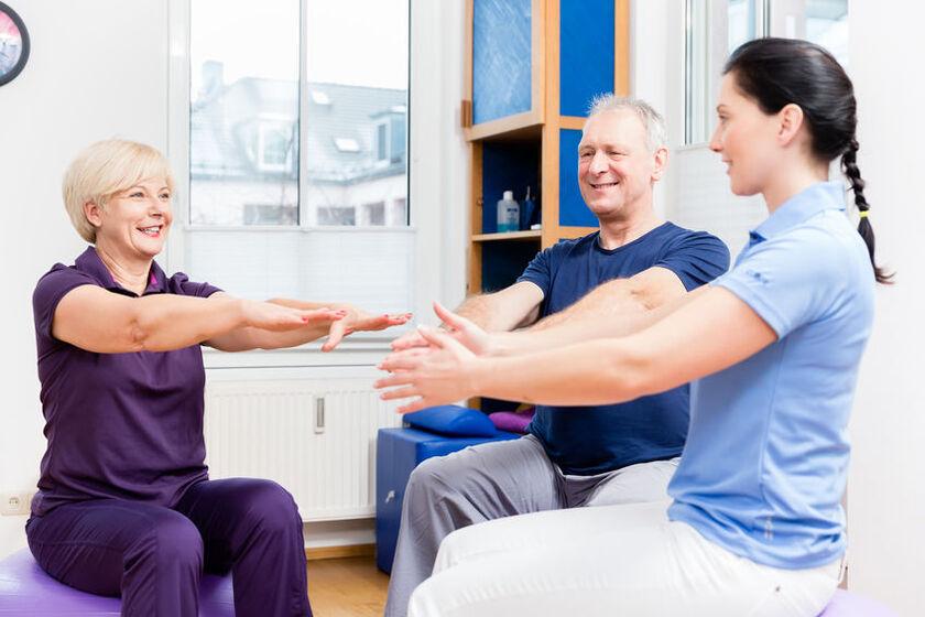 Fizjoterapeuta pokazuje ćwiczenia na ból mięśni pleców
