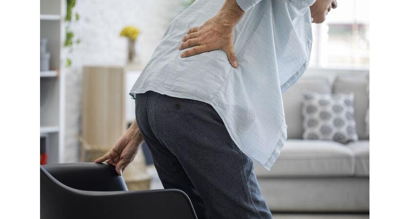 Senior odczuwa ból pleców