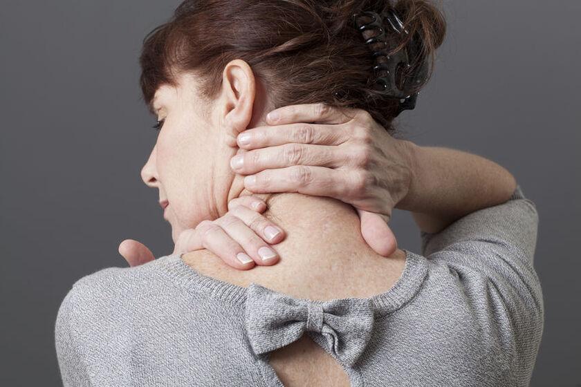 Kobietaodczuwa ból szyi
