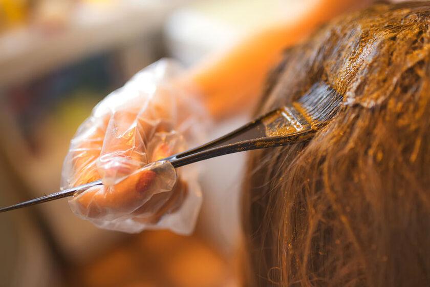 Fryzjer farbuje włosy henną