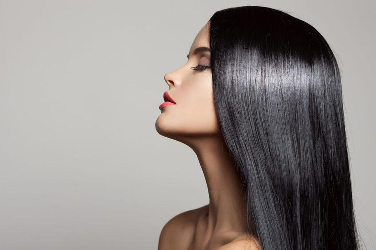Kobieta po zabiegu keratynowego prostowania włosów