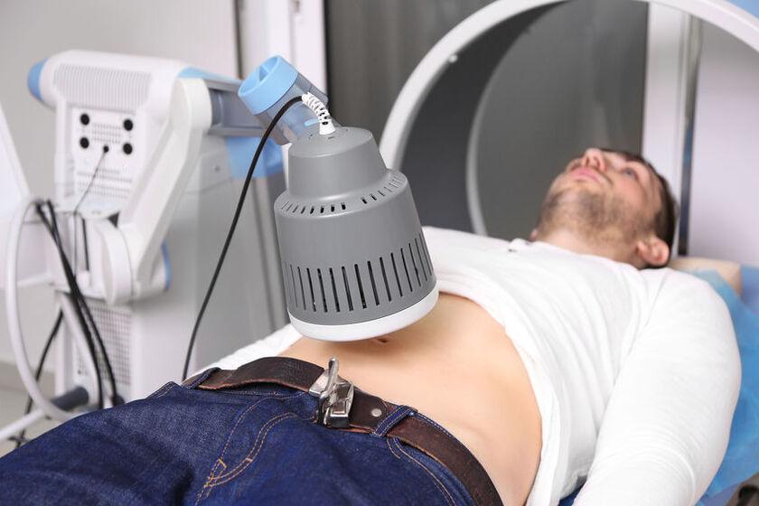 Mężczyzna w trakcie zabiegu diatermii krótkofalowej