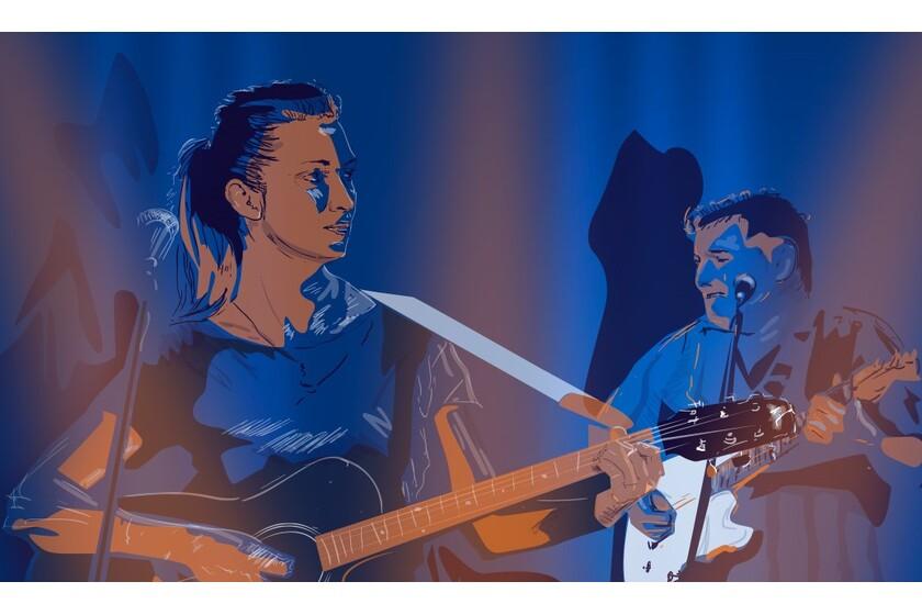Kobieta i mężczyzna grają na gitarach i śpiewają