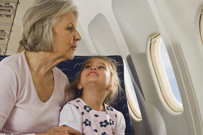 Babcia z wnuczką w samolocie wyglądają przez okno