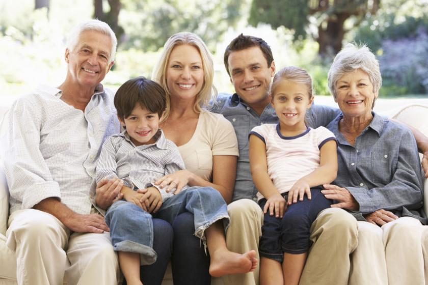 Rodzina pozująca do zdjęcia: dziadkowie, dzieci i wnuki