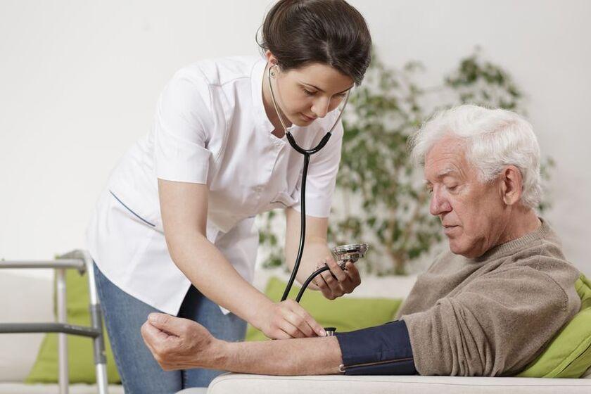 Lekarz mierzy pacjentowi ciśnienie krwi