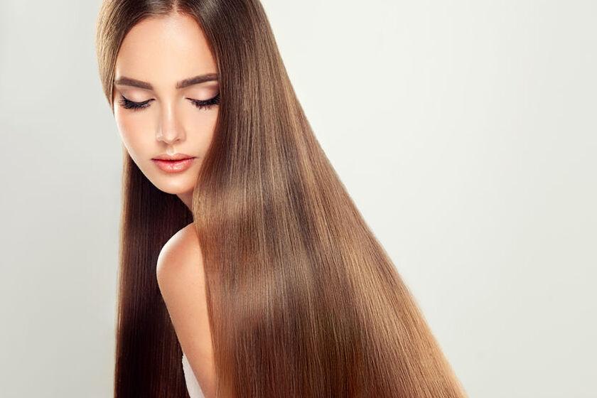 Kobieta po zabiegu przedłużania włosów ultradźwiękami
