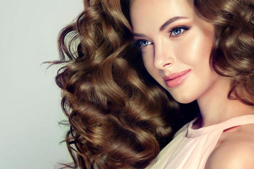 Kobieta o wypielęgnowanych kręconych włosach