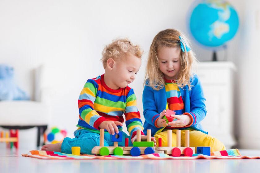 5-latek bawi sięzabawkami