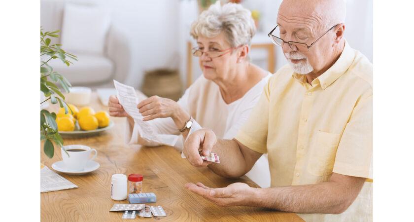 Starsza para z receptą i lekami