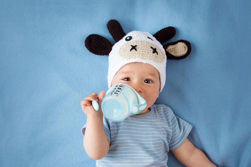 Niemowlępije mleko z butelki