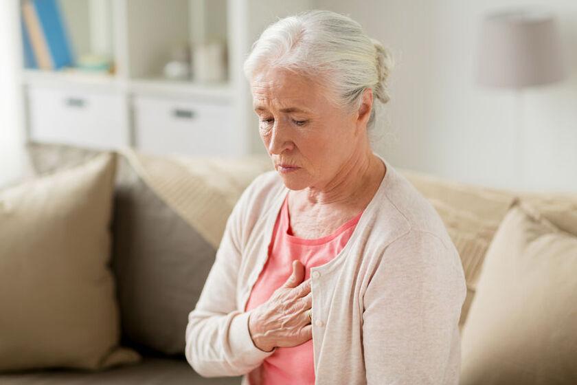 Starsząkobietę kłuje serce