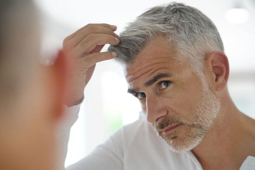 Mężczyzna zauważa objawy łysienia telogenowego