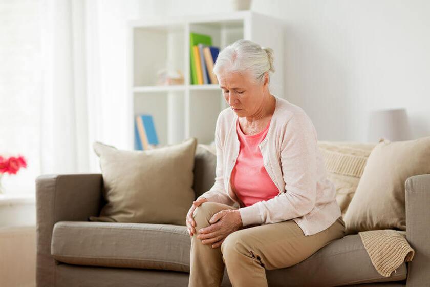 Kobieta z problemem bólu stawów