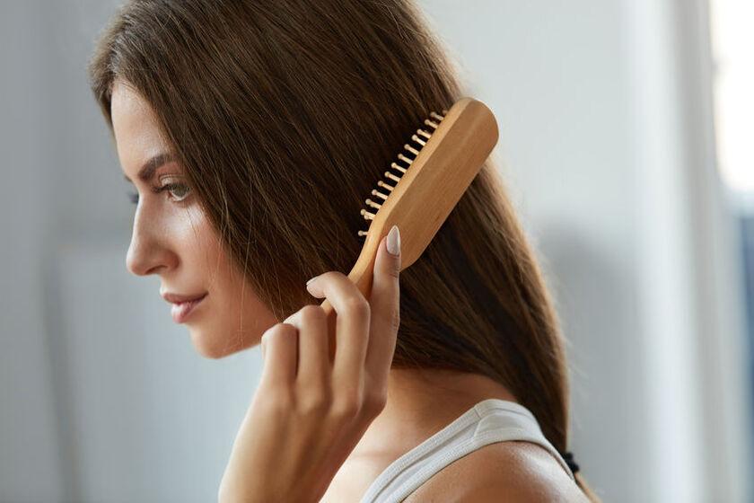 Kobieta szczotkuje włosy