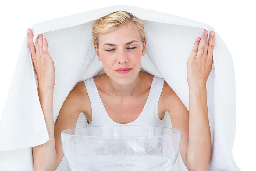 Kobieta w trakcie inhalacji na kaszel