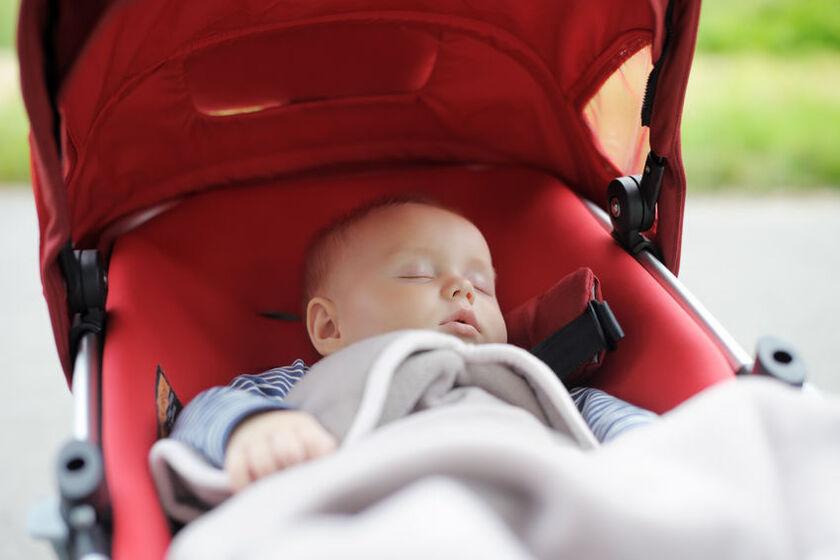 Dziecko śpi w wózku