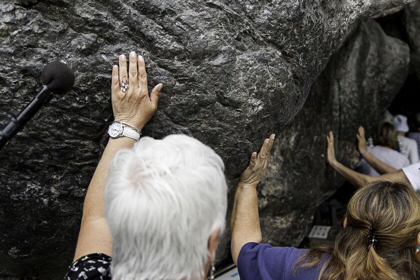 Wierni w Sanktuarium Matki Bożej w Lourdes