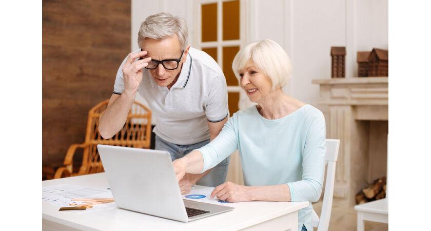 Kobieta i mężczyzna robią zakupy przez Internet