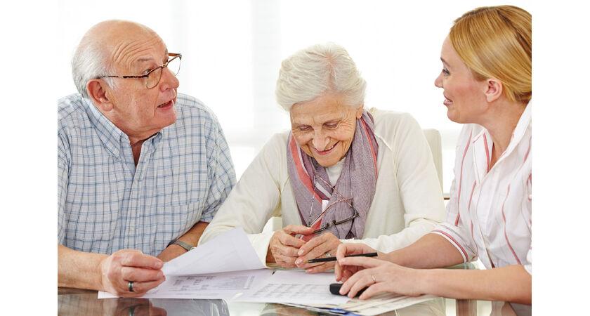 Para seniorów wypełnia dokumenty z lekarzem
