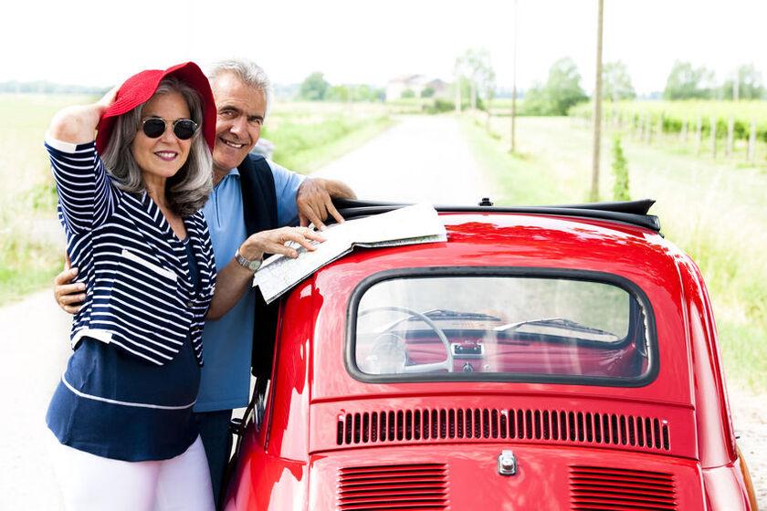 Kobieta i mężczyzna przy czerwonym samochodzie