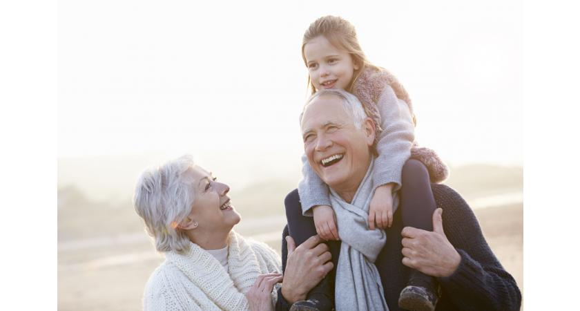 Dziadkowie z wnuczką na spacerze