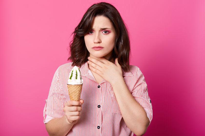 Jedzenie lodów na ból gardła