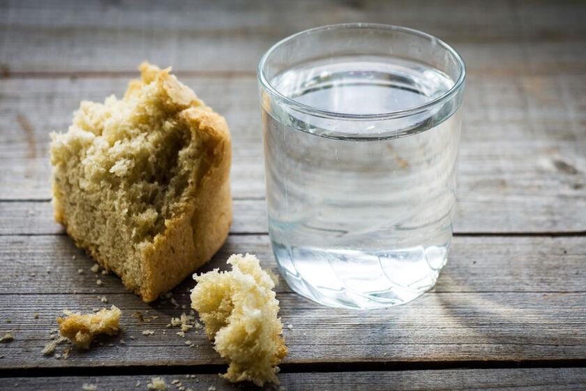 Suchy chleb i szklanka wody