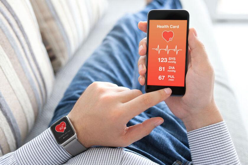 Mężczyzna mierzy sobie ciśnienie ciśnieniomierzem w zegarku