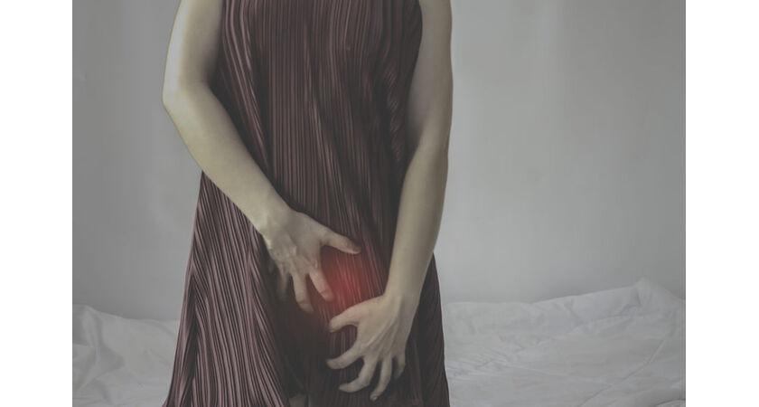Kobieta cierpi z powodu infekcji pochwy