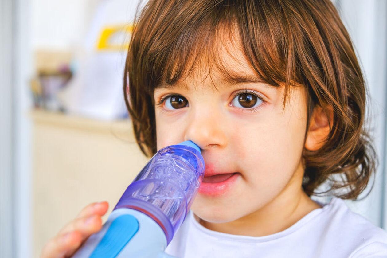 Dziecko używa irygatora do zatok