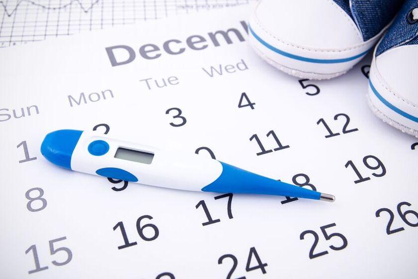 Termometr owulacyjny leży na kalendarzu