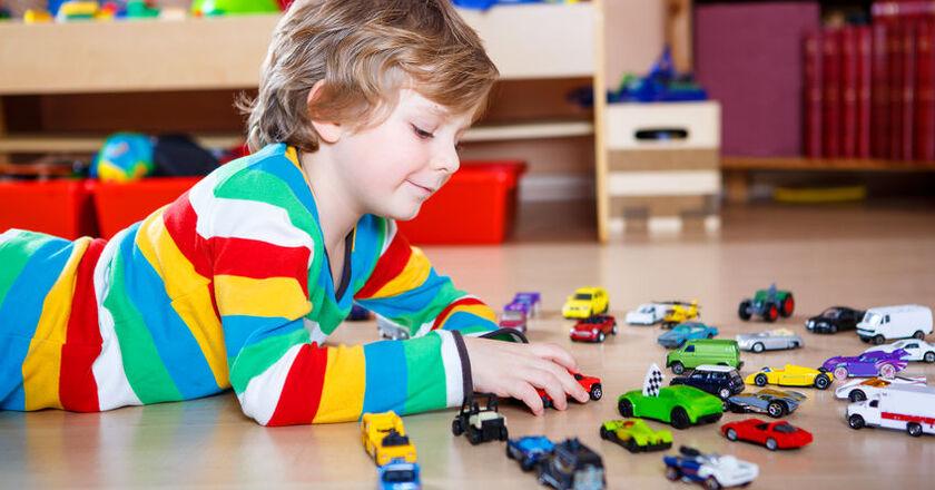 4-letni chłopiec bawi sięresorakami