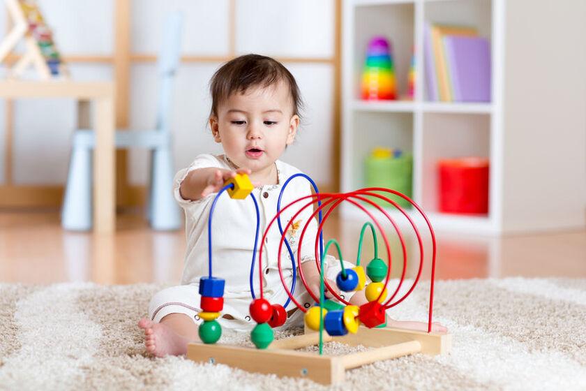 Roczne dziecko bawi sięzabawką edukacyjną