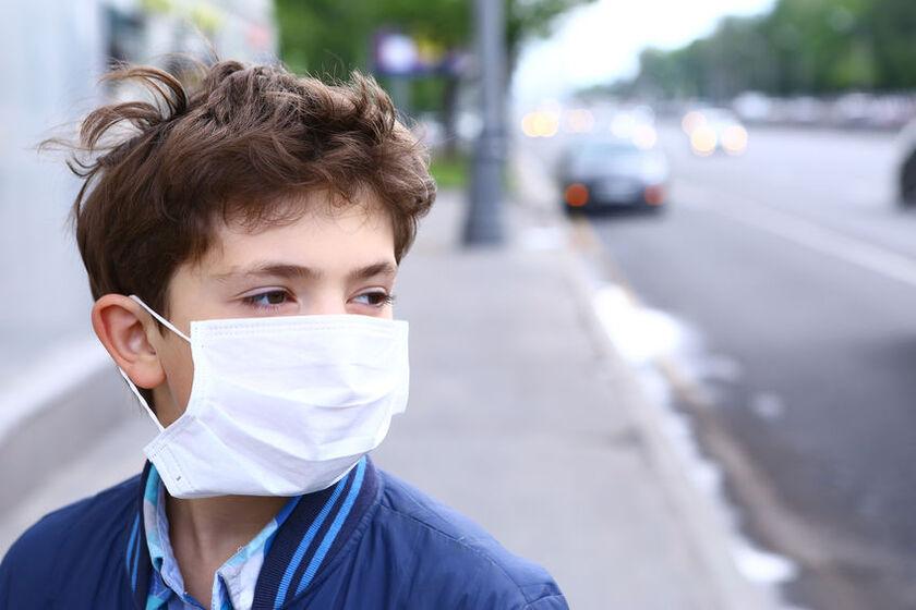 Chłopiec w masce antysmogowej