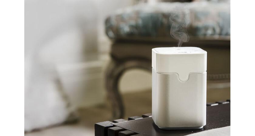 Biały oczyszczacz powietrza stoi na stoliku